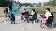Engelli 3 kardeş, akülü araçlarıyla atık maskeleri topluyor