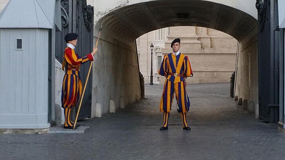 Vatikan'da koronavirüs paniği: Papa'yı koruyan 4 muhafızın testi pozitif çıktı