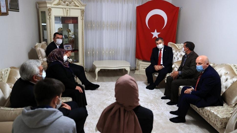 Sağlık Bakanı Koca, Afrin şehidi sağlıkçı Burak Tatar'ın ailesini ziyaret etti