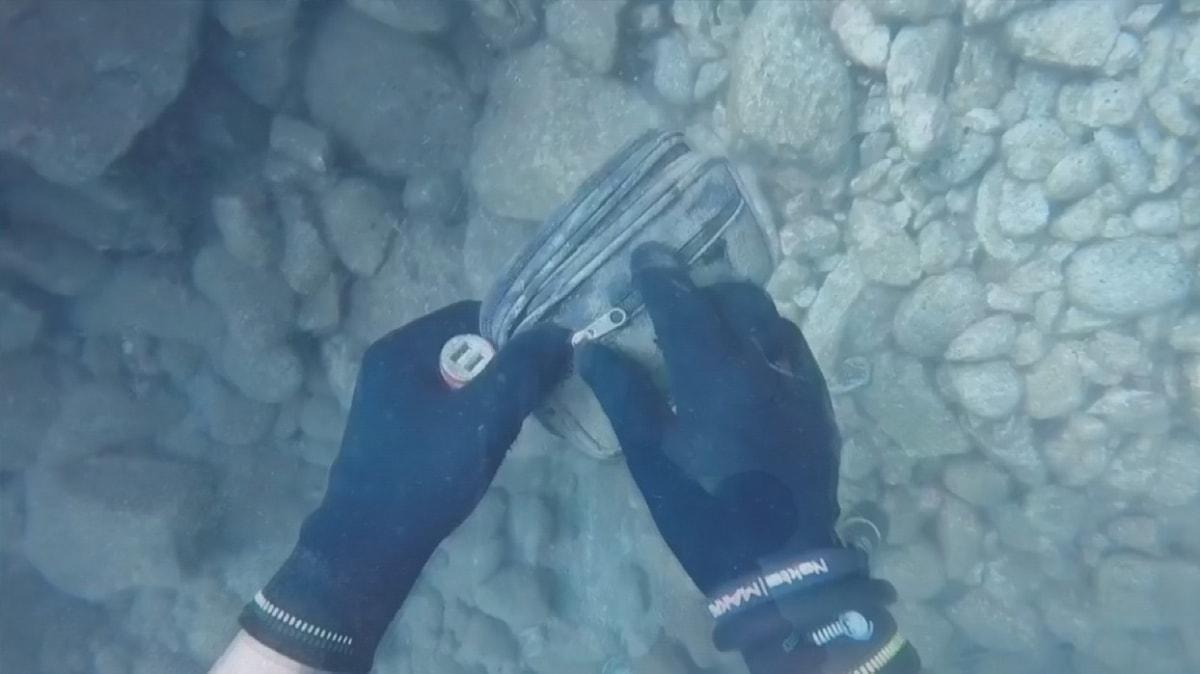 Denizde çanta buldu sahibine yolladı