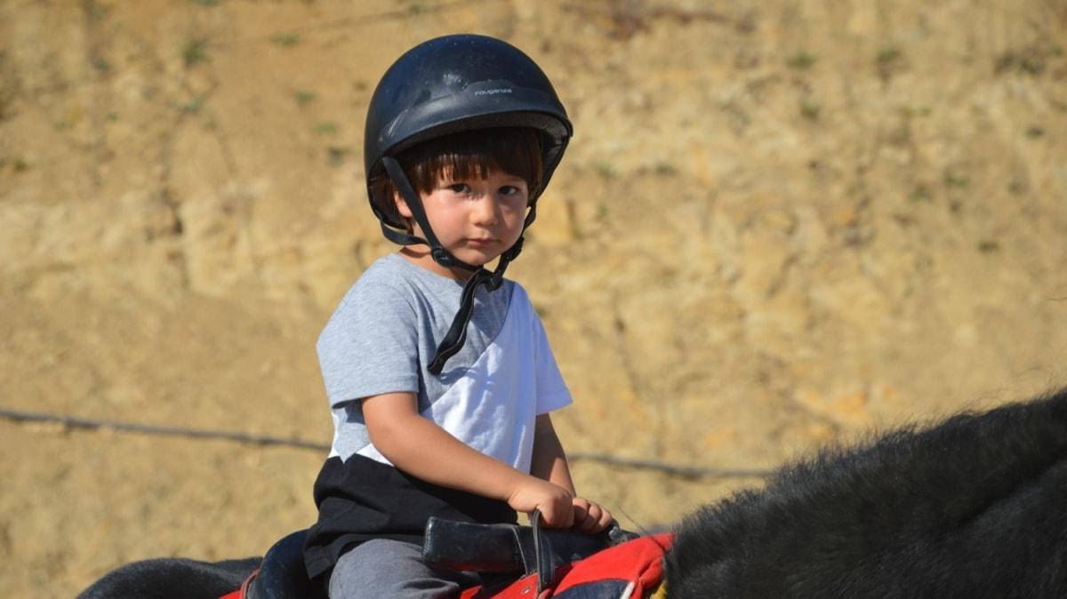 Bedensel ağrıları olan çocuklara atla terapi iyi geliyor