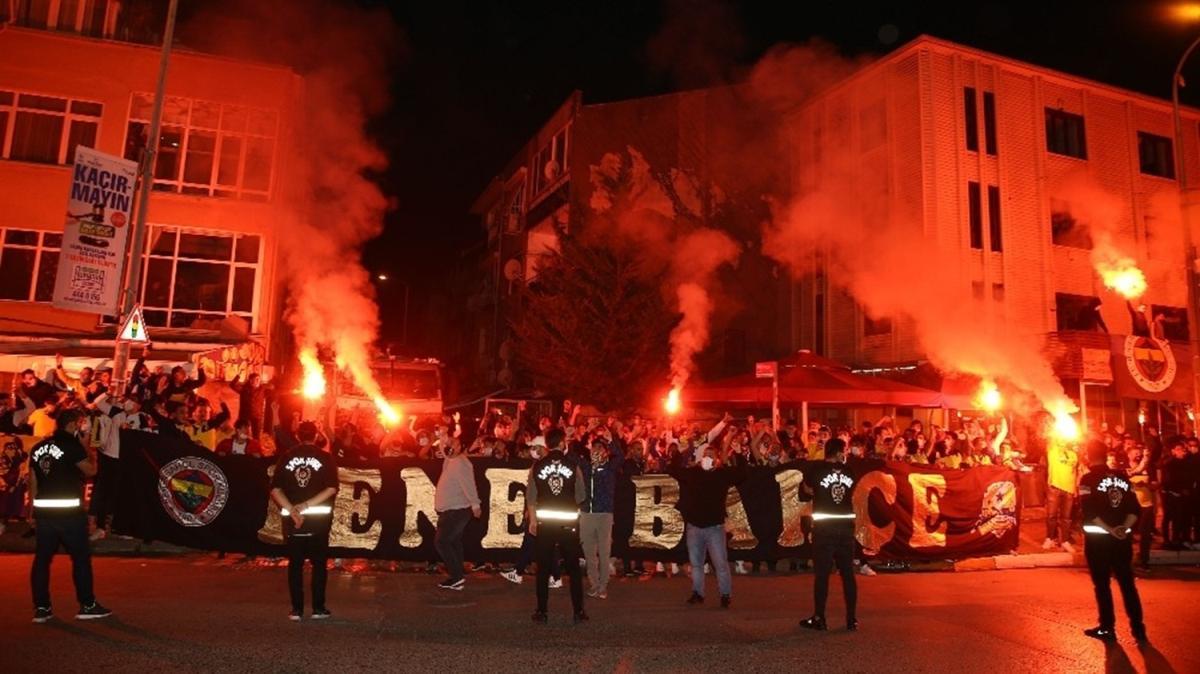 Fenerbahçeli futbolcular galibiyeti taraftarla kutladı