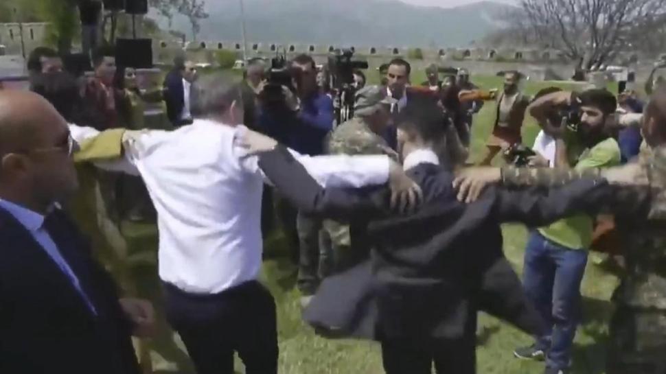 İşgalci Ermenistan'ın Başbakanı Paşinyan PKK yanlılarıyla omuz omuza