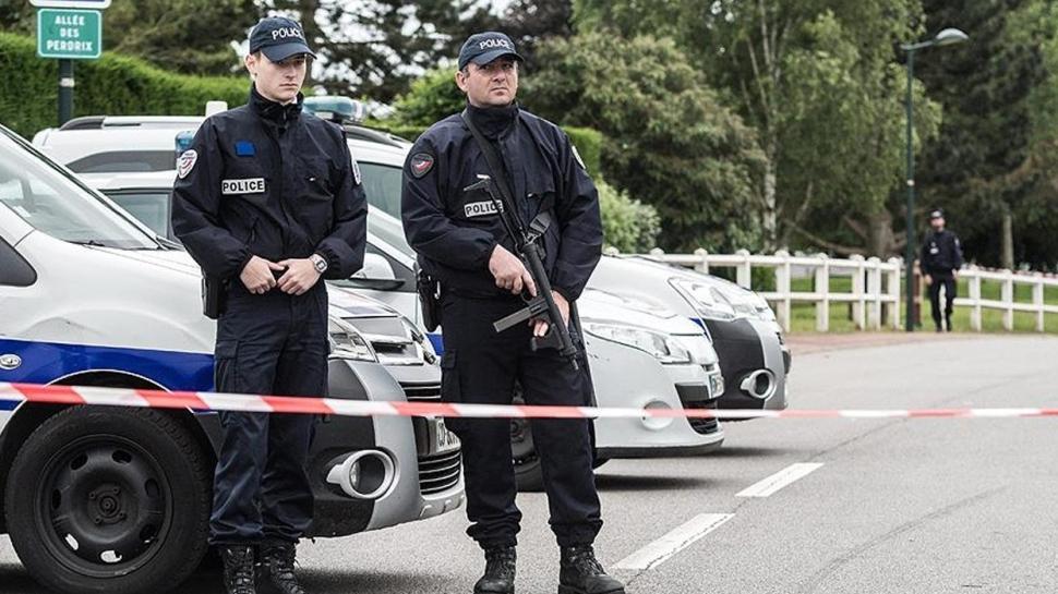 Fransa'da provokatörler iş başında: Saldırgan aşırı sağcı çıktı