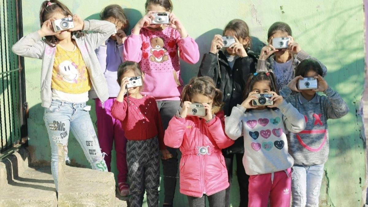 """60 çocuğun çektiği 100 fotoğraf """"Bir De Buradan Bak"""" sergisinde sanatseverlerle buluştu"""