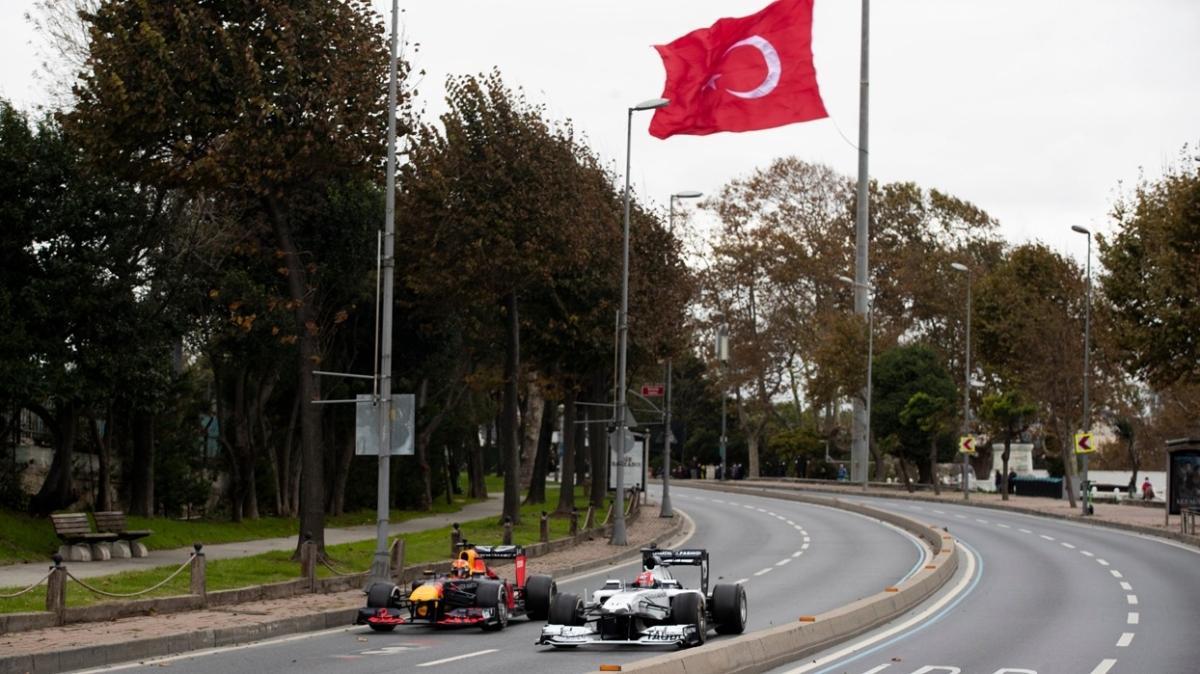 Formula 1 araçları İstanbul'un tarihi noktalarında