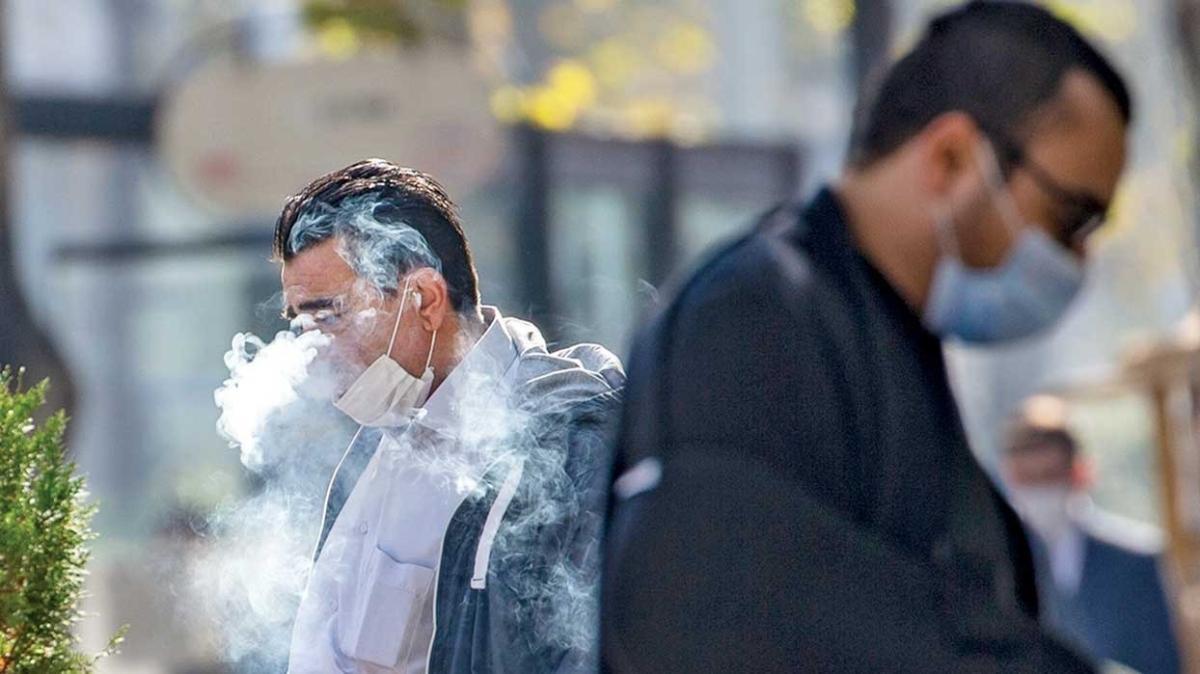 Maske iniyor, tehlike artıyor... Sigara dumanı kovid-19'u yayıyor