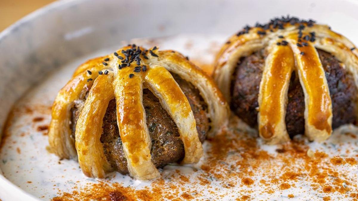 """Mantar soslu kafes köfte tarifi ve malzemeler: Gelinim Mutfakta mantar soslu kafes köfte nasıl yapılır"""""""