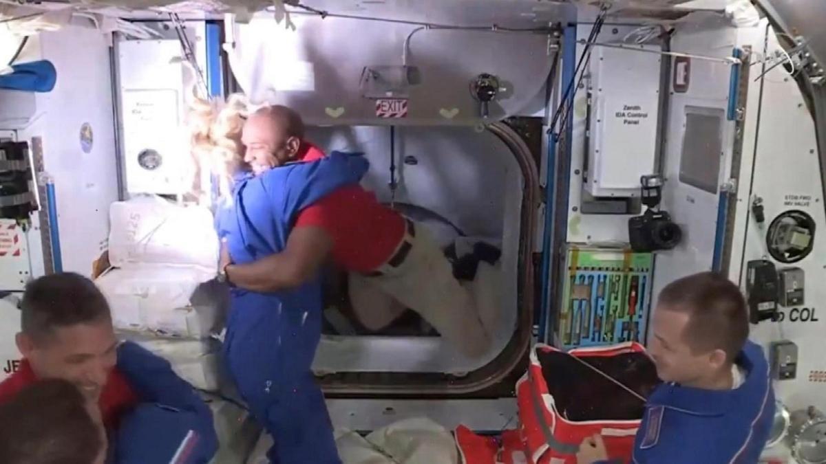 Elon Musk'un SpaceX'i görevi başardı: Uzay istasyonunda 27 saat sonra mutlu son