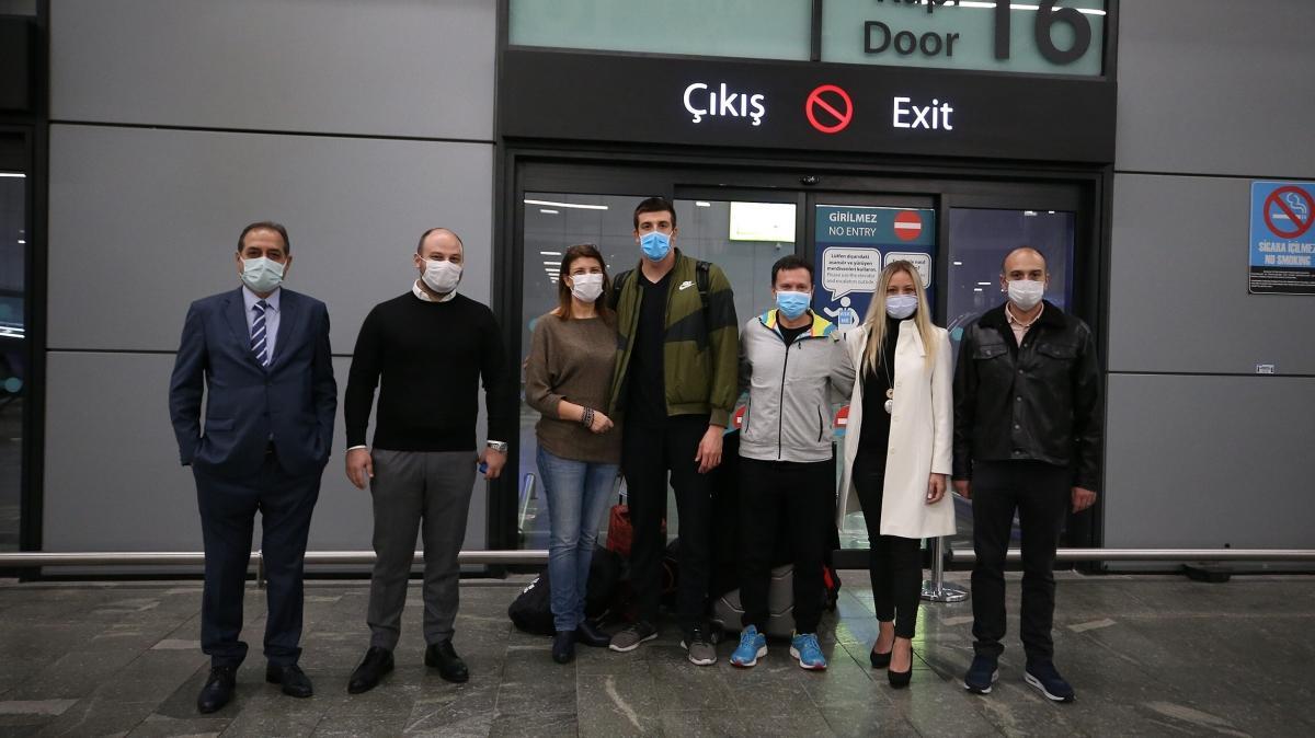 Rekortmen yüzücü Emre Sakçı, Türkiye'ye döndü