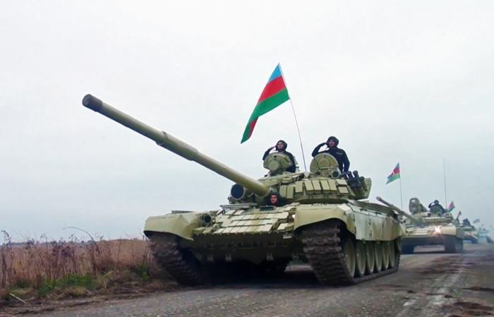 Azerbaycan ordusu Ermeni işgalinden kurtarılan Ağdam'a bayrak dikti... Kent  camisinde ezan okundu