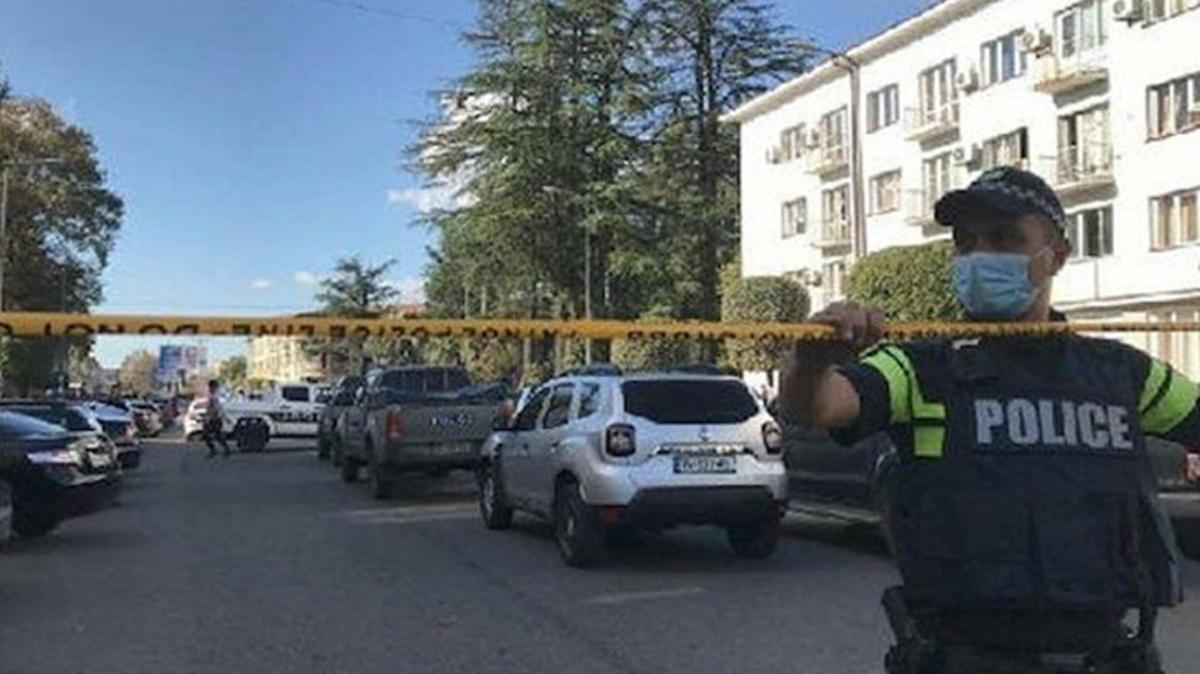 Gürcistan'da hareketli dakikalar: Silahlı bir kişi, 9 kişiyi rehin aldı
