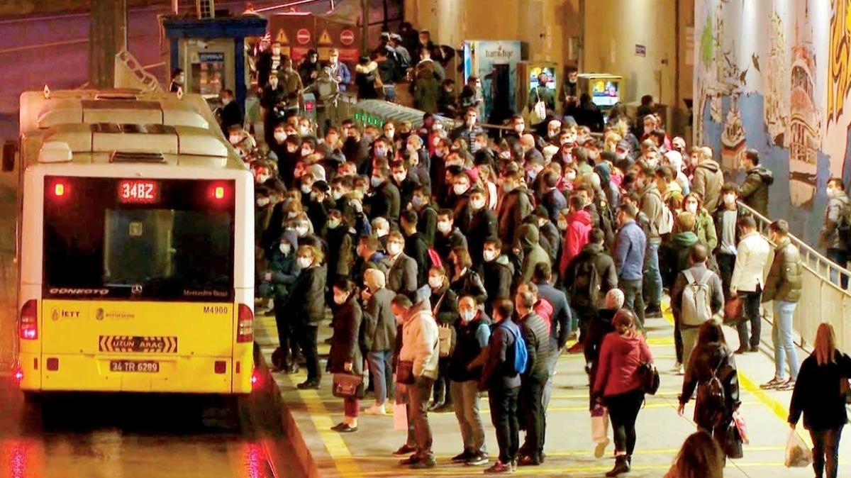 Korona metrobüste cirit atıyor!
