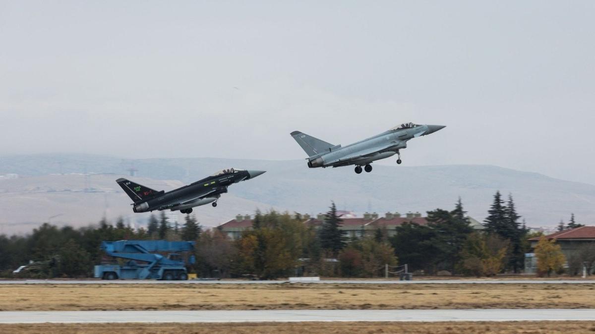 Konya'da havalandılar: Türk ve İngiliz jetleri eğitim uçuşu gerçekleştirdi