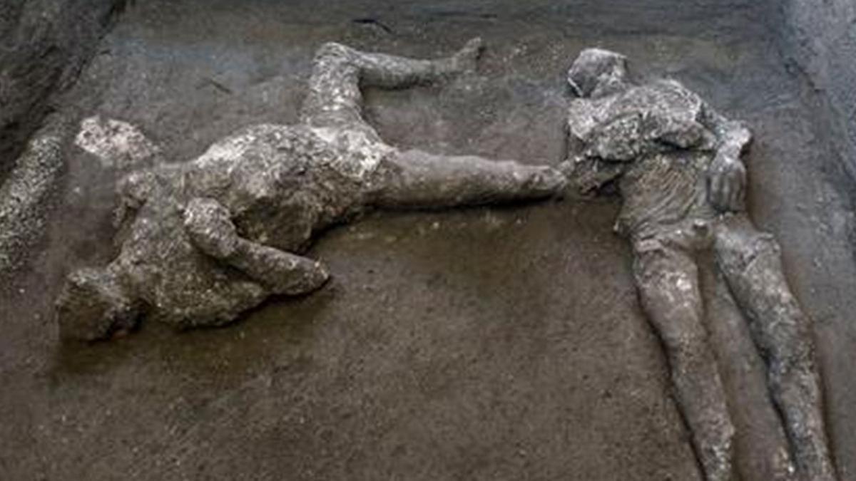 Napoli kentinde lavlar altında kalan ve kül olan 2 insan bedeni bulundu