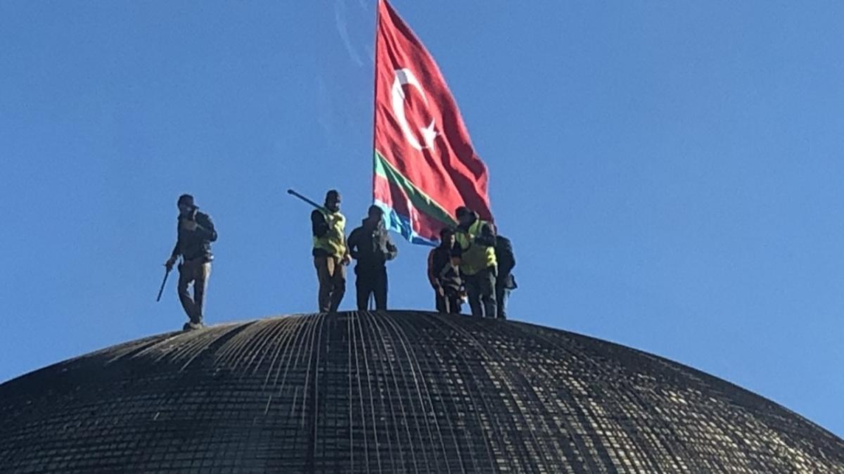 Sultan Alparslan Külliyesi'nin kubbesine Türk ve Azerbaycan bayrağı asıldı