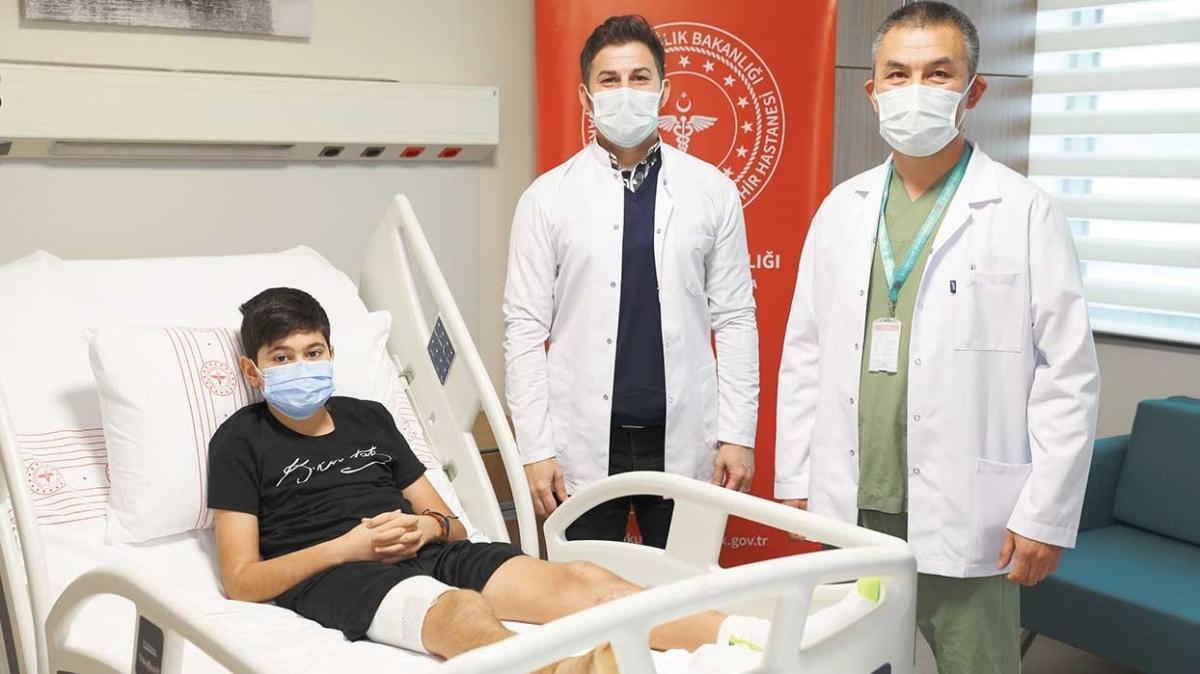 Küçük futbolcunun bacağını kesilmekten kurtardılar