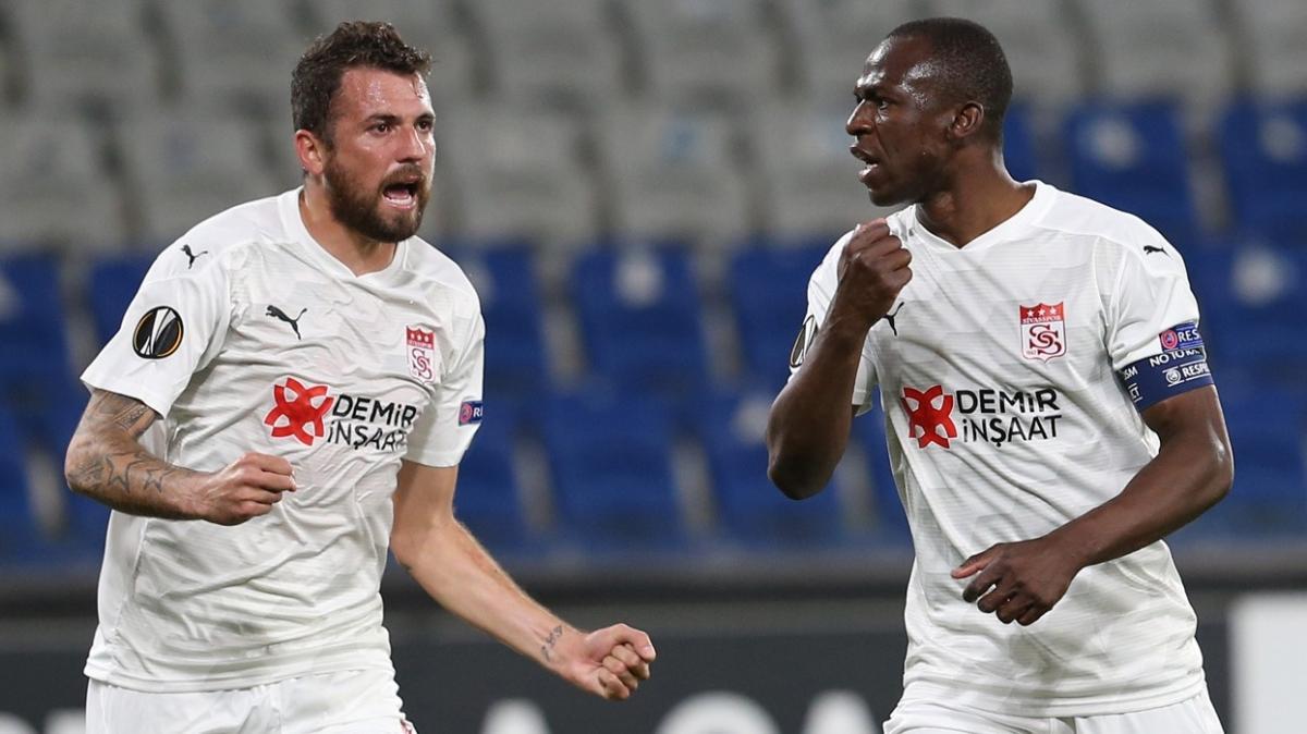 Sivasspor iki kez geri düştüğü maçta Karabağ'ı 3-2 mağlup etti
