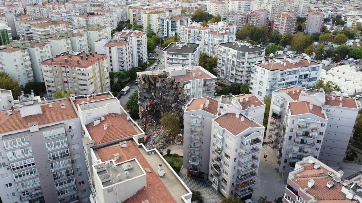 İzmir'deki yıkıcı depremin ardından kiralık evler doldu taştı