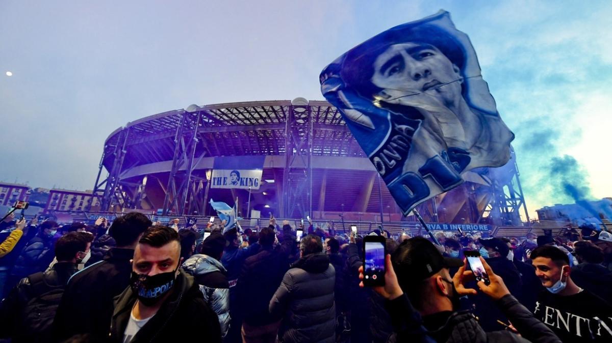 Napolili taraftarlar, San Paolo'da Maradona'yı andı