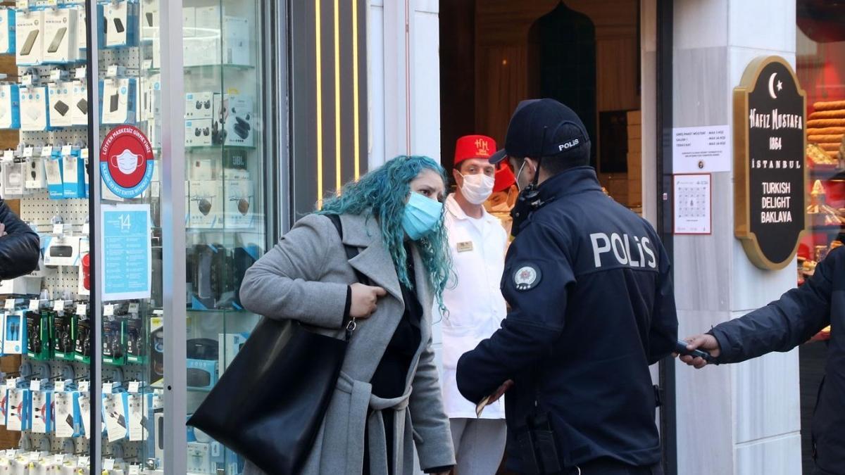 İstanbul'da koronavirüs denetimleri devam ediyor: Maskesiz kadın polise zor anlar yaşattı