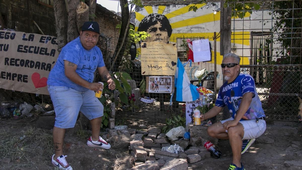Hayranları, Maradona'nın doğduğu evde yas tutuyor