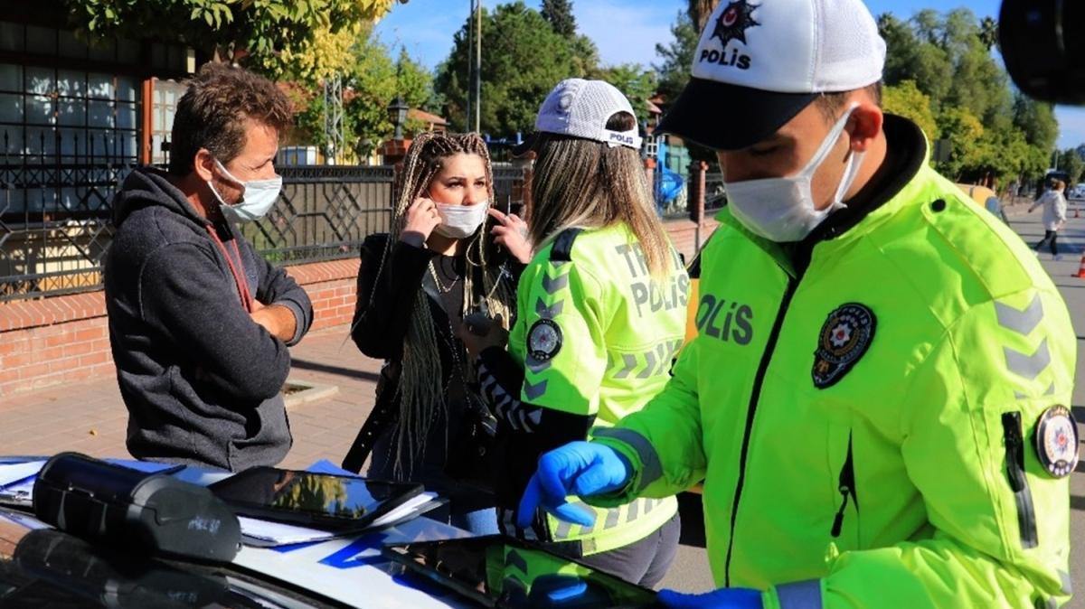 Maske takmayan kadın polisleri tehdit etti: Sizi şikayet ederim