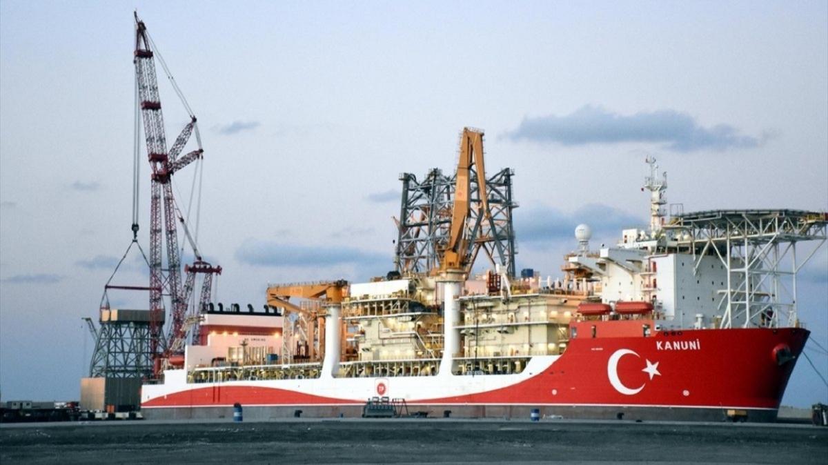 """""""Kanuni"""" sondaj gemisinin kule dikimi tamamlandı: Fatih ile birlikte Karadeniz'de ilk sondajına başlayacak"""