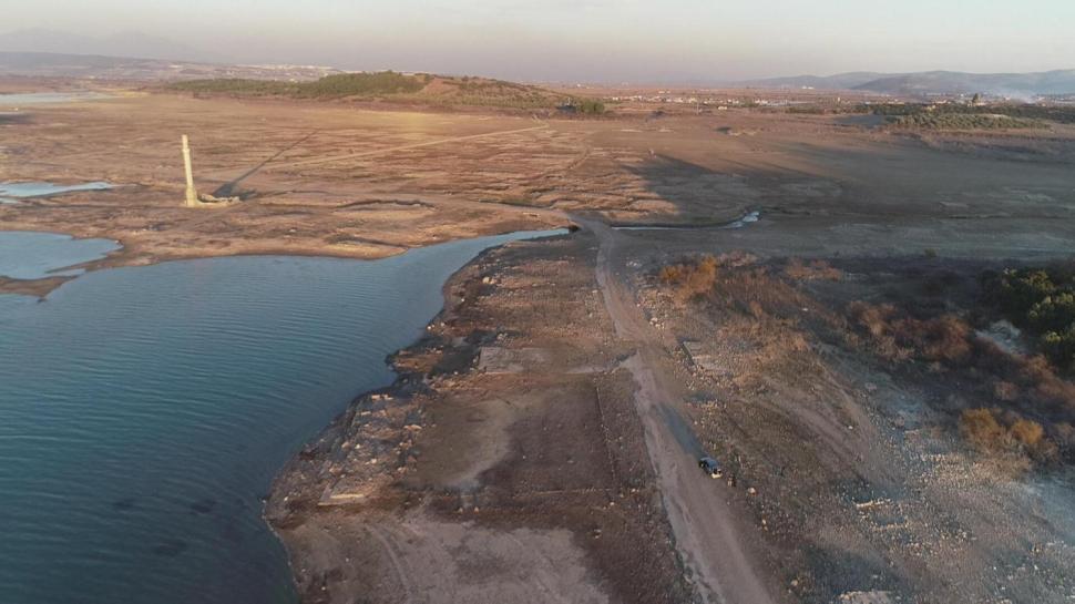 İzmir'de şaşkına çeviren manzara: Baraj suları çekilince ortaya çıktı