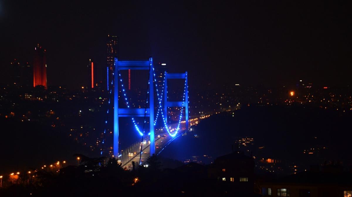 FSM Köprüsü'nde görsel şölen: Mavi renge büründü