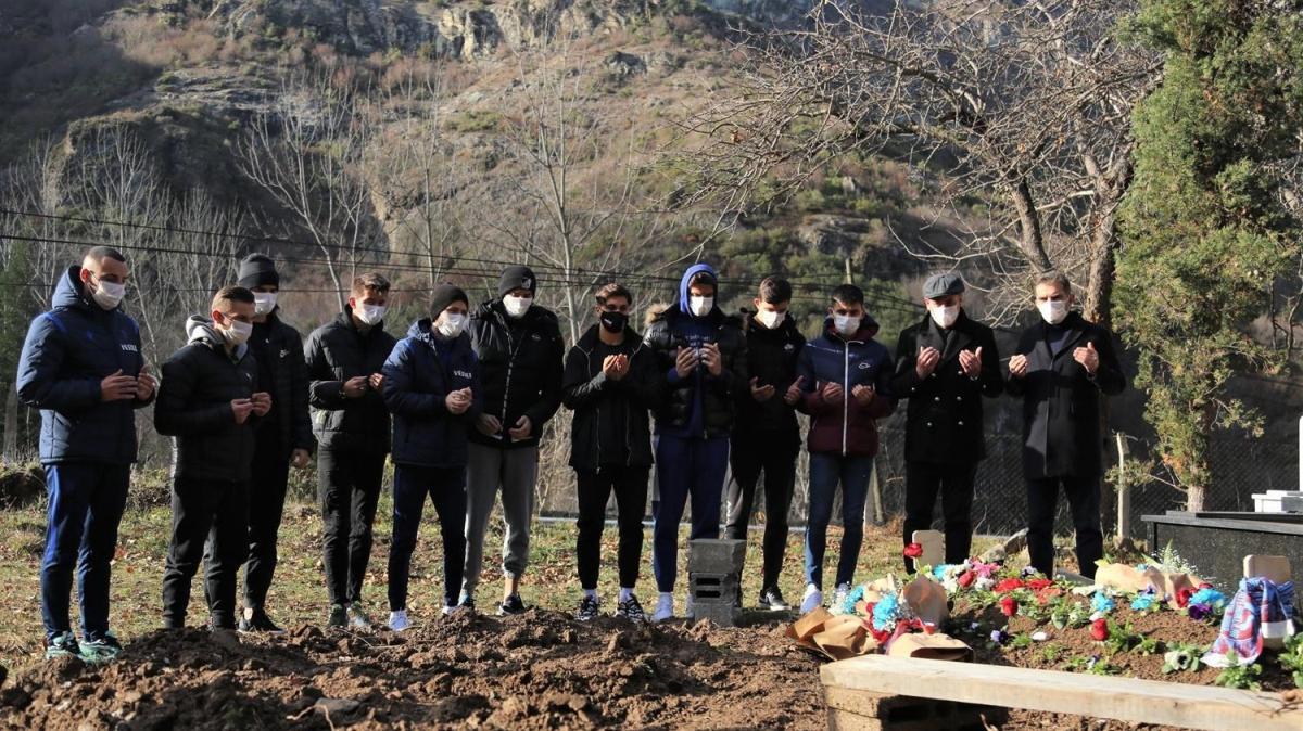 Abdullah Avcı ve futbolculardan Özkan Sümer'in mezarına ziyaret