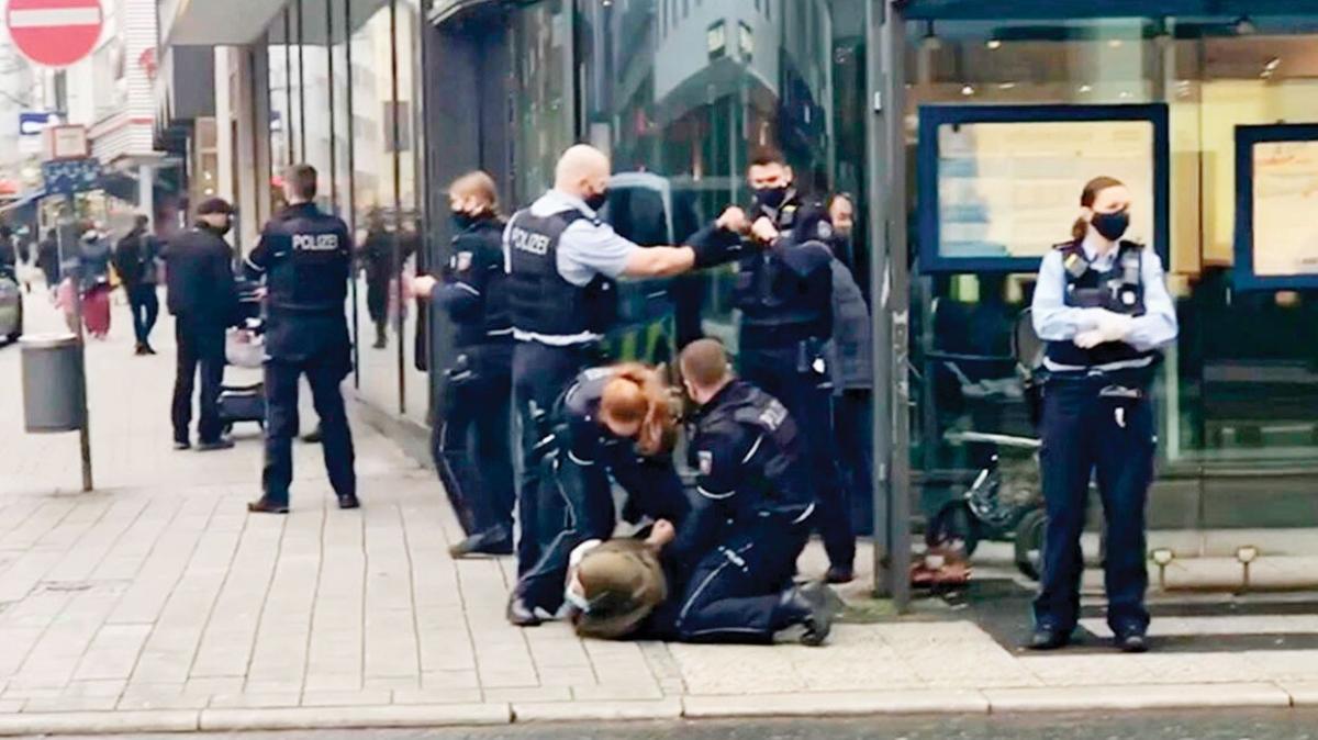 Almanya'da polis şiddeti! Başörtülü anneye terörist muamelesi