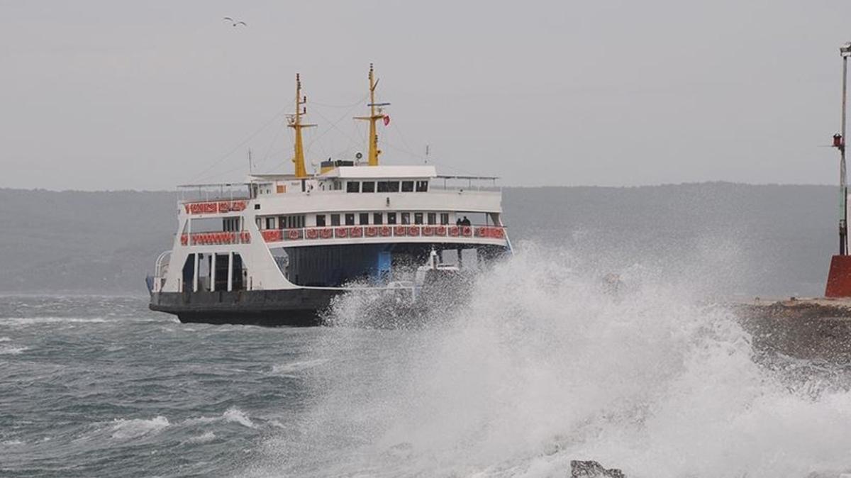 Çanakkale'deki feribot seferlerine fırtına engeli