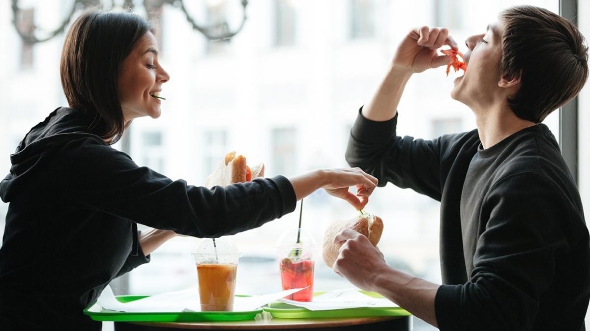 """Yemek yeme isteğine dur diyememenin sebebi """"Bulimia"""" olabilir"""