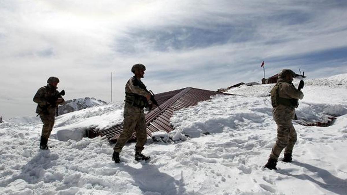 Son Dakika... Şemdinli'de çığ altında kalan asker şehit oldu