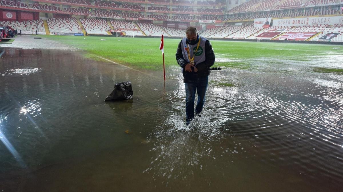 Fraport TAV Antalyaspor-Atakaş Hatayspor maçı yoğun yağış sebebiyle ertelendi
