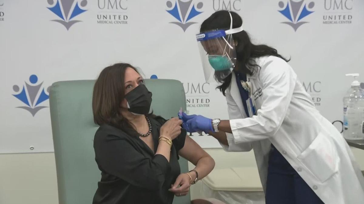 Kamala Harris, canlı yayında Kovid-19 aşısı oldu