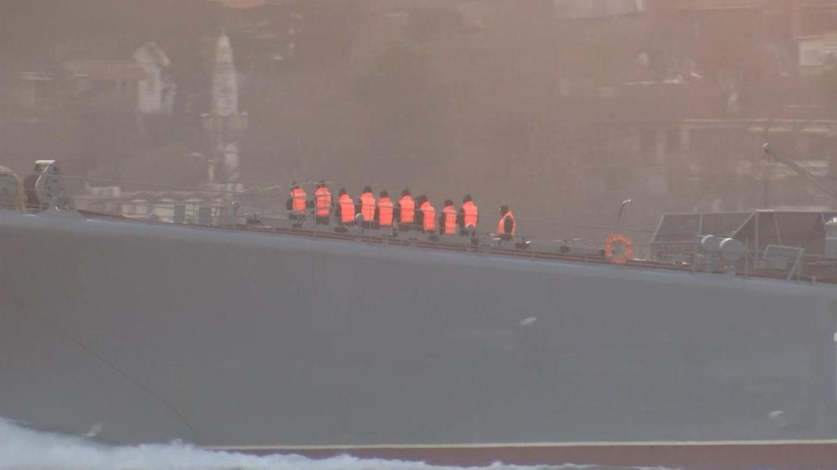İstanbul Boğazı'nda dikkat çeken kare! Rus askerleri tek sıra halinde dizildiler