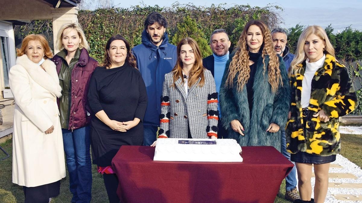 Pelin Karahan'ın başrollerinde olduğu Dalgalar ve İzler filminin finaline pastalı kutlama