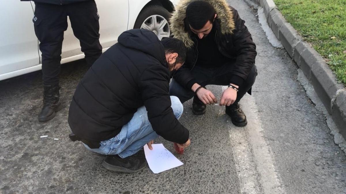 Samsun'da motosikletle kaçan şüphelileri kovalayan narkotik ekipleri asfalt üzerine dökülen uyuşturucuyu topladı