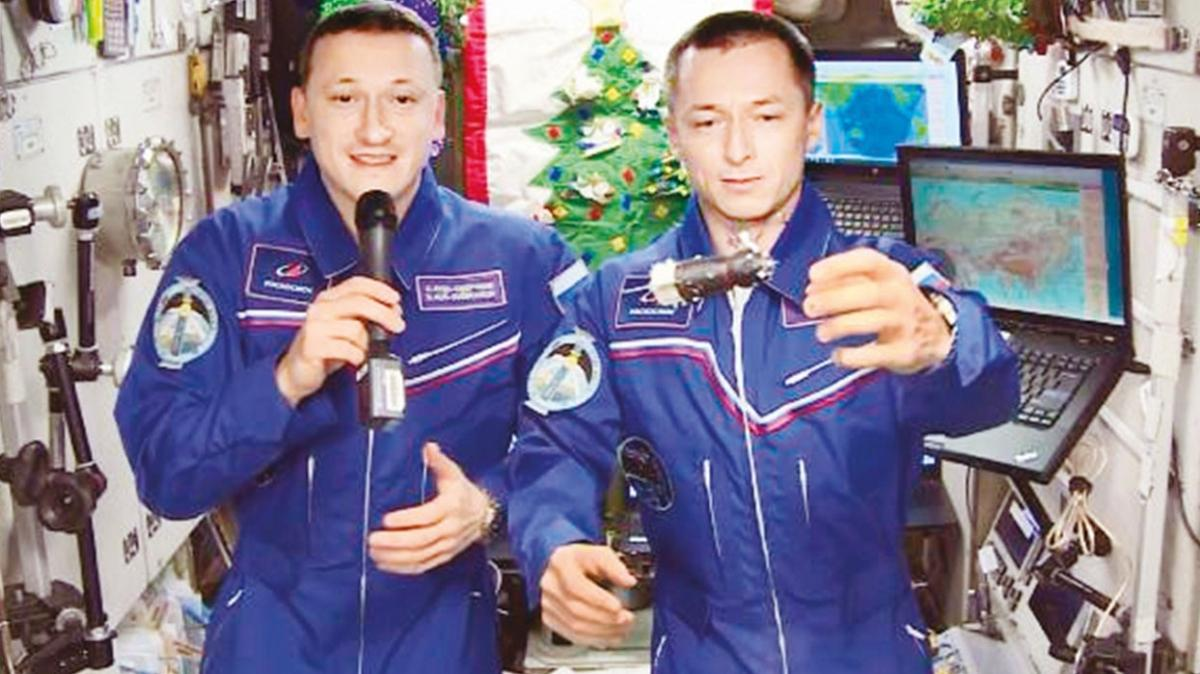 Uzayda parti! 408 km'den 2021'e merhaba