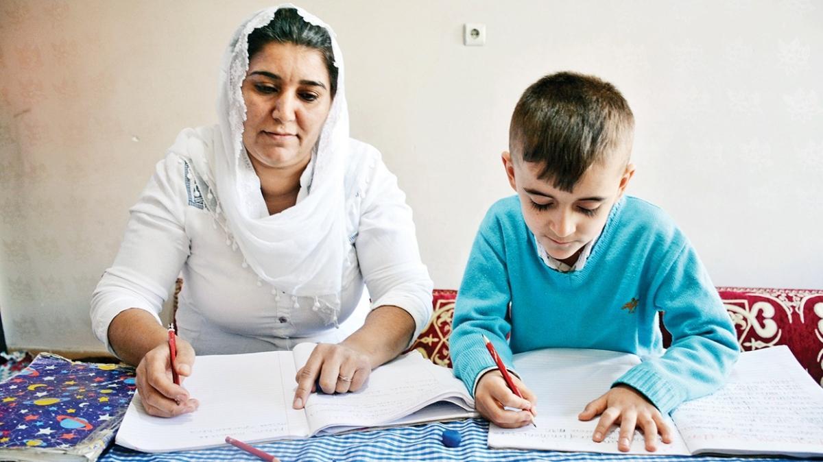 Çocuğuyla EBA'dan okuma yazma öğrendi