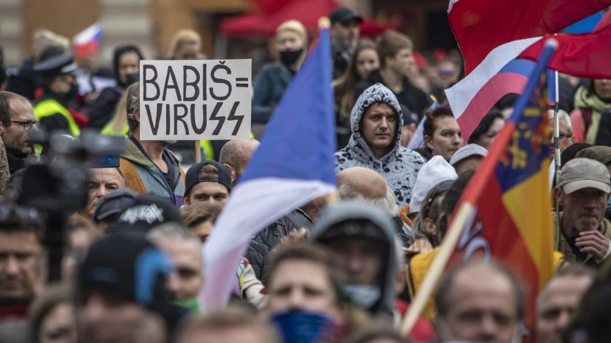 Eski Cumhurbaşkanı da katıldı: Çekya'da koronavirüs önlemlerine protesto