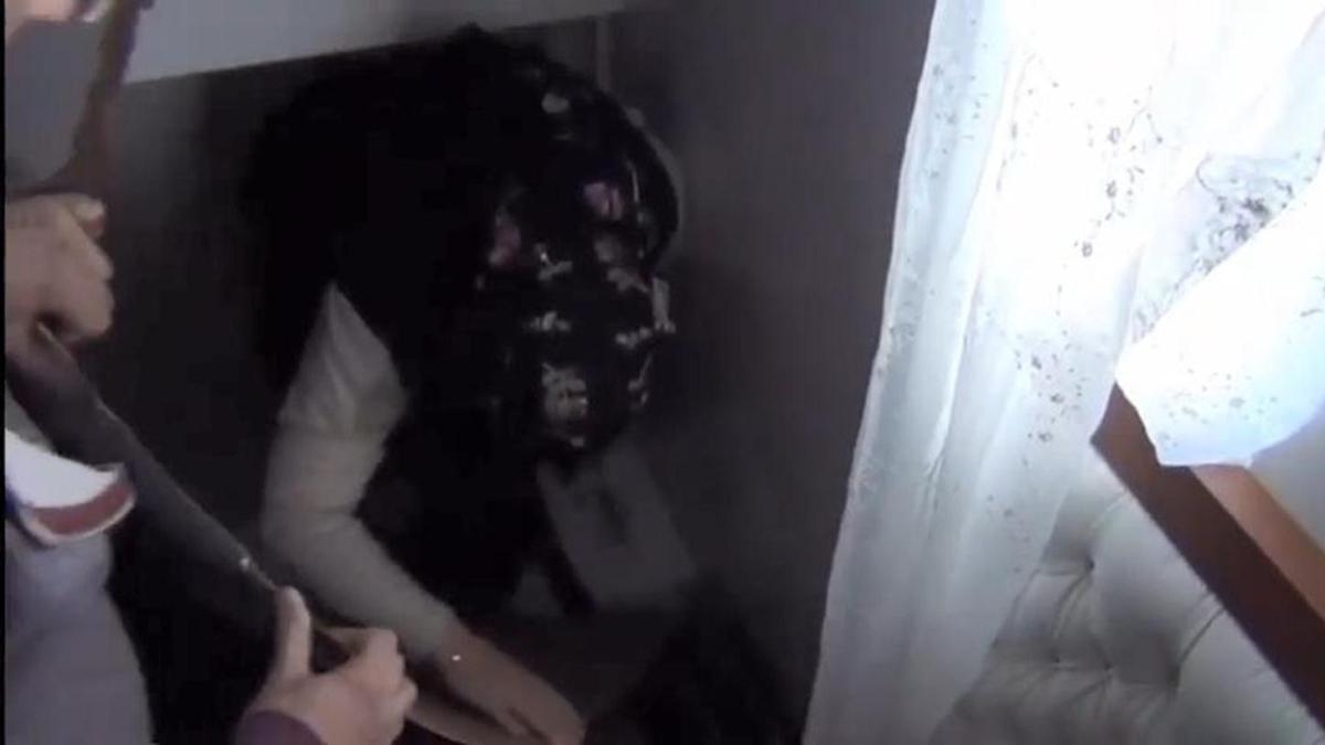 Terör örgütü FETÖ'den aranan kadın, yatak odasındaki gizli bölmeden çıktı