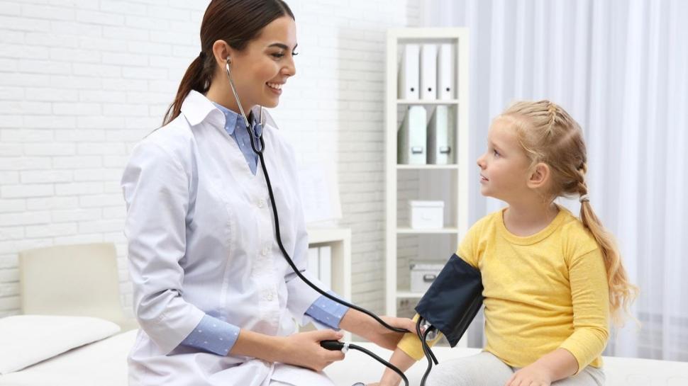 Çocuklarda baş ağrısı, görme bozukluğu ve başarı düşüklüğü hipertansiyon belirtisi
