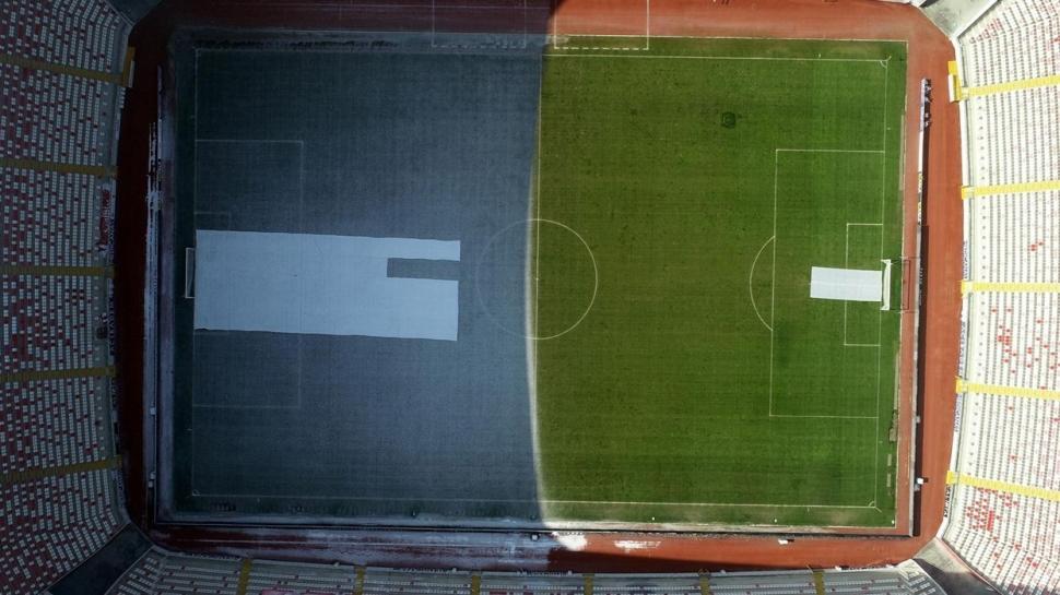 Sivas 4 Eylül Stadı'nın güneş gören ve görmeyen kısmındaki fark dikkat çekti