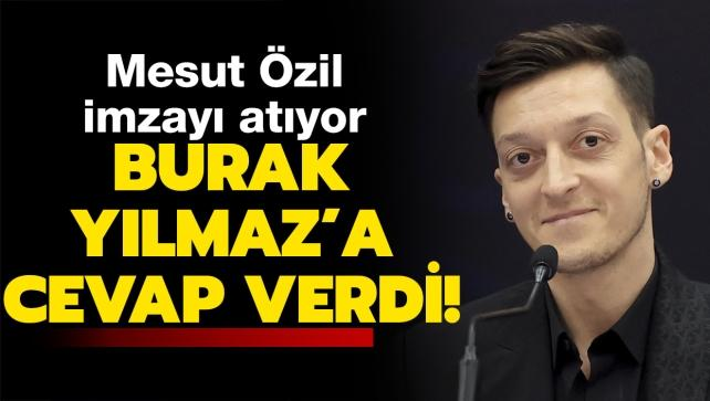 Mesut Özil, imzayı atıyor