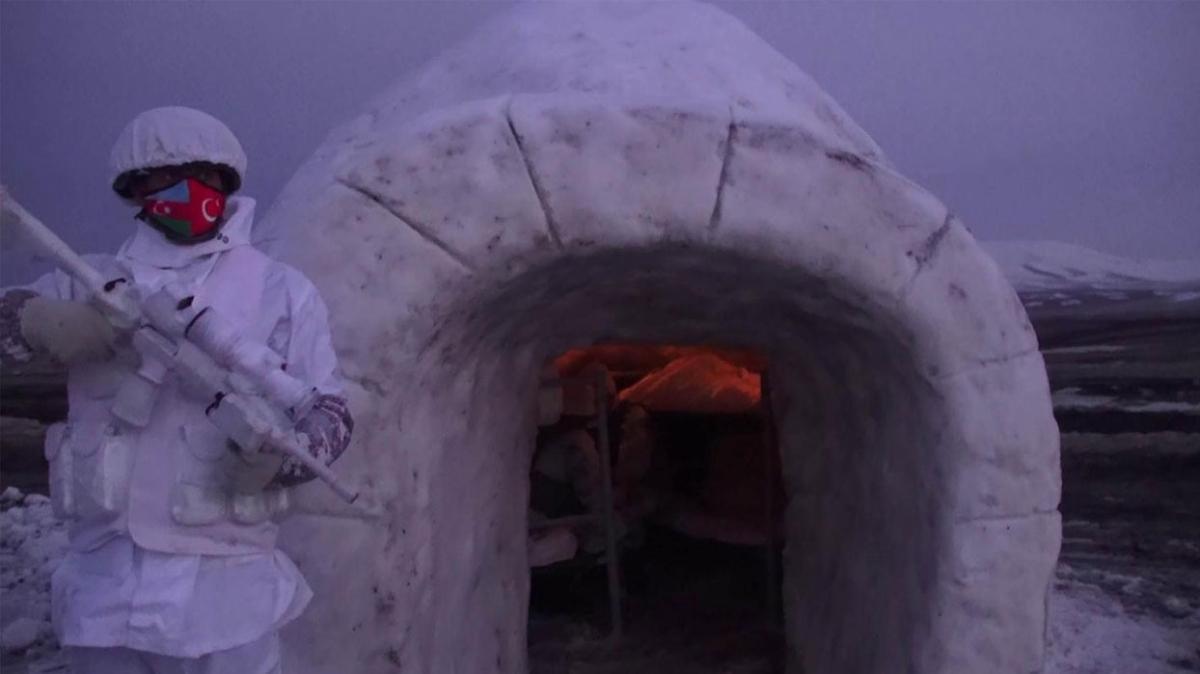 Kars'taki kış tatbikatında komandolar geceyi kardan yapılan iglolarda geçirdi