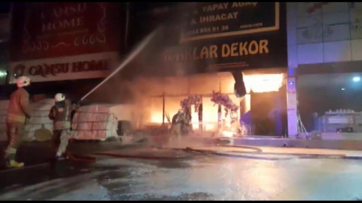 İstoç Ticaret Merkezi'nde yangın! Ekipler olay yerine sevk edildi