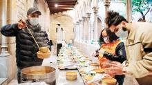 Kilise avlusunda iftar